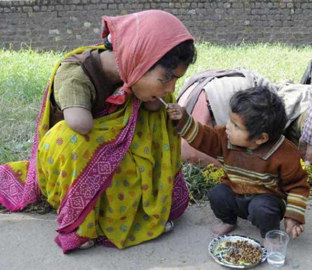 दोन वर्षांचा मुलगा आपल्याट आईला घास भरवताना. - Divya Marathi