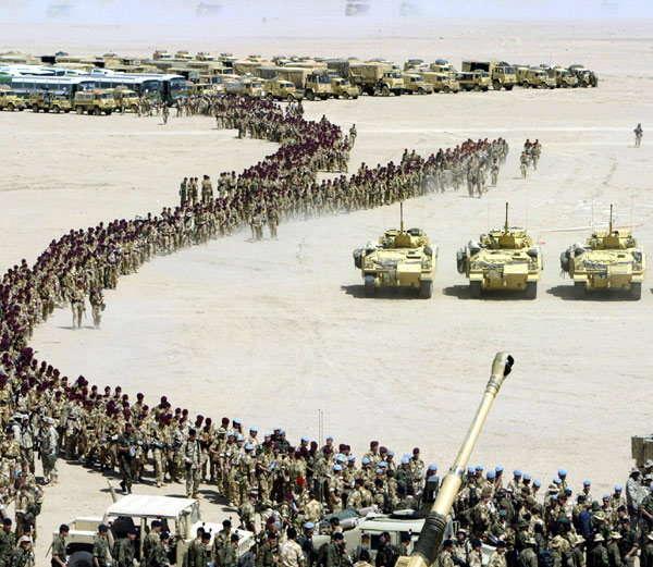 4 नोव्हेंबर 1990- इराकला उत्तर देण्यासाठी सौदीतील वाळवंटात तैनात केलेले अमेरिकेचे फर्स्ट कॅव्हेलरी डिवीजनचे जवान.... - Divya Marathi