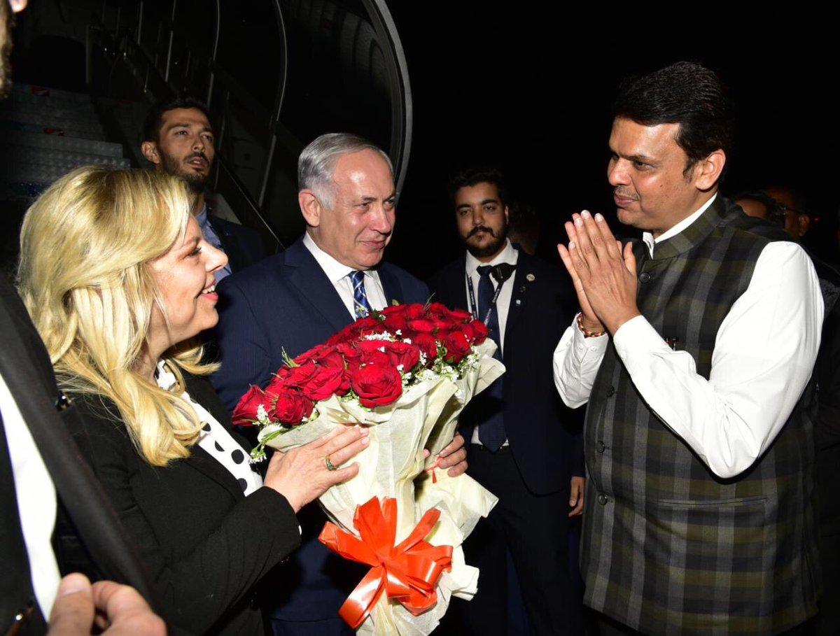 नेतन्याहू बुधवारी रात्री उशिरा पत्नी सारासोबत मुंबईत दाखल झाले. एयरपोर्टवर सीएम देवेंद्र फडणवीस यांनी त्यांचे स्वागत केले. - Divya Marathi