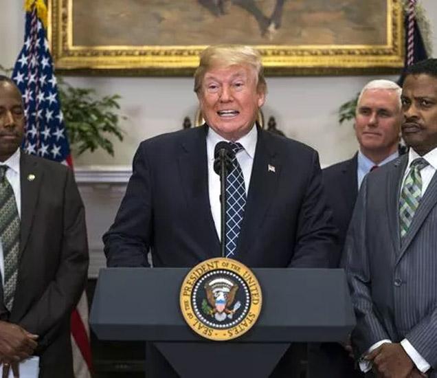 डोनाल्ड ट्रम्प यांना राष्ट्राध्यक्ष पदाची शपथ घेऊन एक वर्ष पूर्ण होत असताना त्याच दिवशी शटडाऊनची घोषणा झाली आहे. - Divya Marathi