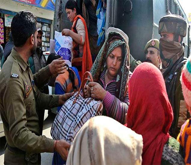 जम्मूच्या आरएसपूरा सेक्टरमधील नागरिकांना सुरक्षित ठिकाणी हलवण्याचे काम पोलिसांनी केले. या भागात पाकिस्तानकडून मोठ्या प्रमाणात फायरिंग होत आहे. - Divya Marathi