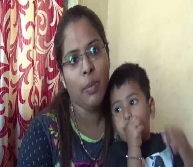 नायगावच्या खोचीवड्यातला अडीच वर्षांचा नॅथलीन कोळी. - Divya Marathi