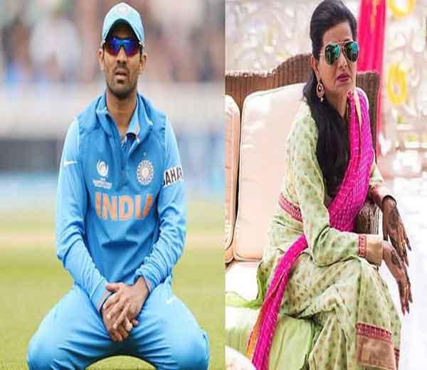 इंडियन क्रिकेटर दिनेश कार्तिक आणि त्याची सास सुसान इटिचेरिया. सुसान मल्याळी आहे. - Divya Marathi