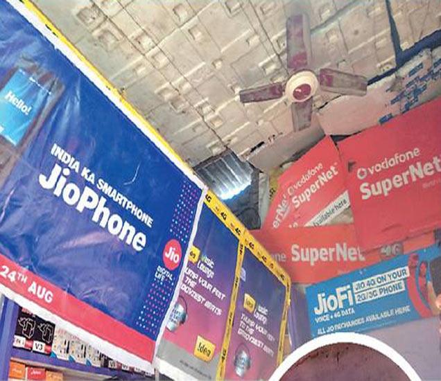 छताचे पत्रे उचकटून शिरले; सिगारेट पीत चोरले पैसे, मोबाइल - Divya Marathi