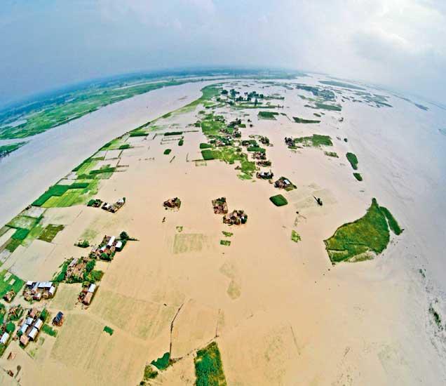 कोसीची पाणीपातळी वाढल्यामुळे बिकारच्या सुपौल जिल्ह्यातील आसनपूर नरहिया ४ महिने पाण्याखाली असते. - Divya Marathi