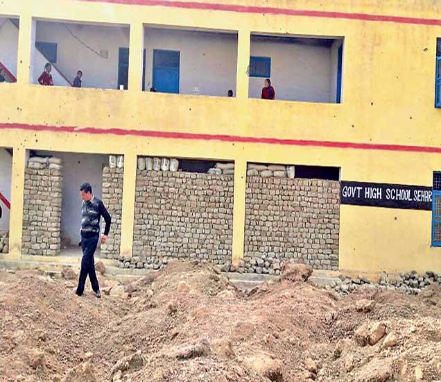 नौशेरा शाळेतील भिंतीवर गोळ्यांच्या खुणा. (लाल वर्तुळात) मुलांचे शाळेत येणे खूप धोक्याचे आहे. तरीही मुले नियमितपणे शाळेत येतात. - Divya Marathi