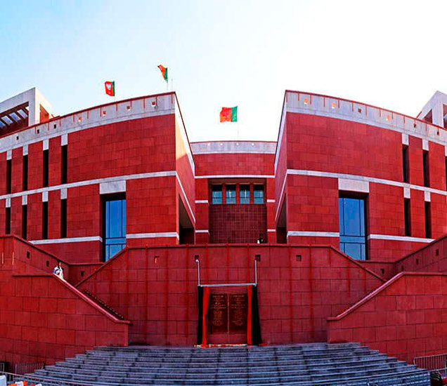 मुंबईतील एका आर्किटेक्ट कंपनीने भाजपचे कार्यालय डिझाइन केले आहे. येथे कमळाच्या आकाराचा एक तलाव करण्यात आला आहे. - Divya Marathi