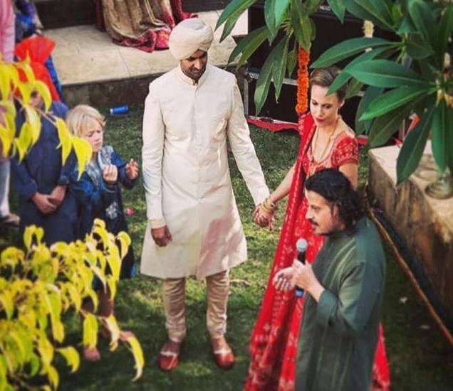 पूरब कोहली आणि लूसी पेटॉन यांचे लग्नातील छायाचित्र - Divya Marathi