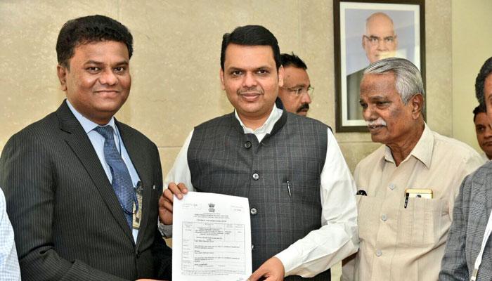 मॅग्नेटिक महाराष्ट्र कन्व्हर्जन्स परिषद मुंबईत सुरू आहे. यात वैमानिक अमोल यादव आणि राज्य सरकार यांच्यात 35 हजार कोटींचा करार झाला. - Divya Marathi
