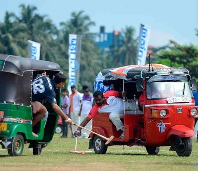 दोन वेगवेगळ्या रिक्षांमध्ये बसलेल्या टीम परस्परांच्या विरोधात गोल करण्याचा प्रयत्न करत असतात. - Divya Marathi