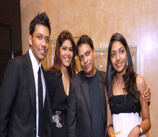प्रमोद गोएंका आपली पत्नी अवंती, मुलगा यश व मुलगी बीना समवेत.... - Divya Marathi