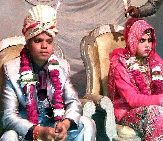 लग्नानंतर नवरेदव नवरीला घेऊन घरी जात होता. - Divya Marathi