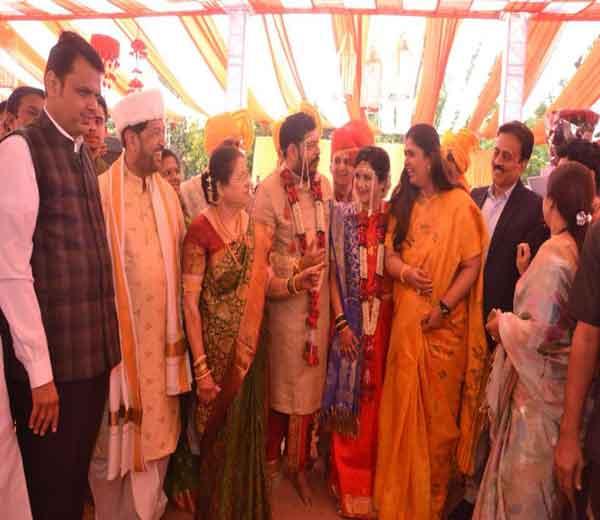 मुख्यमंत्री देवेंद्र फडणवीस व पंकजा मुंडे..... - Divya Marathi