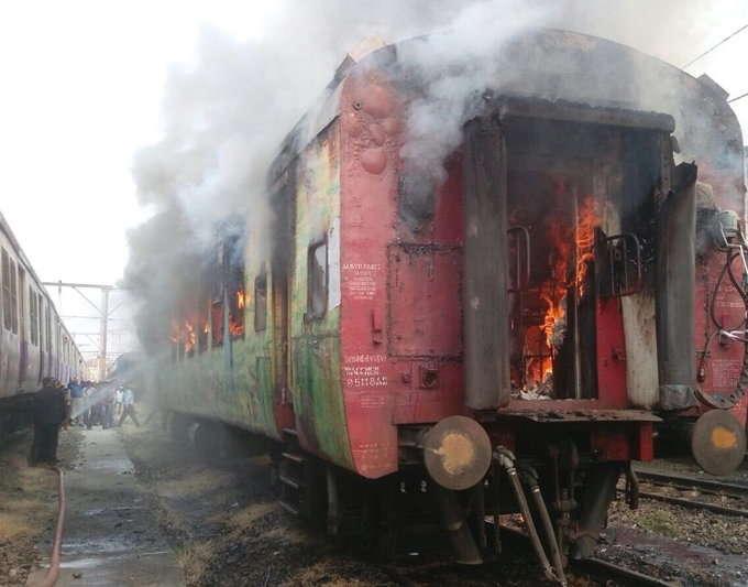 एसी थ्री टियरच्या कोचमध्ये लागली भीषण आग.... - Divya Marathi