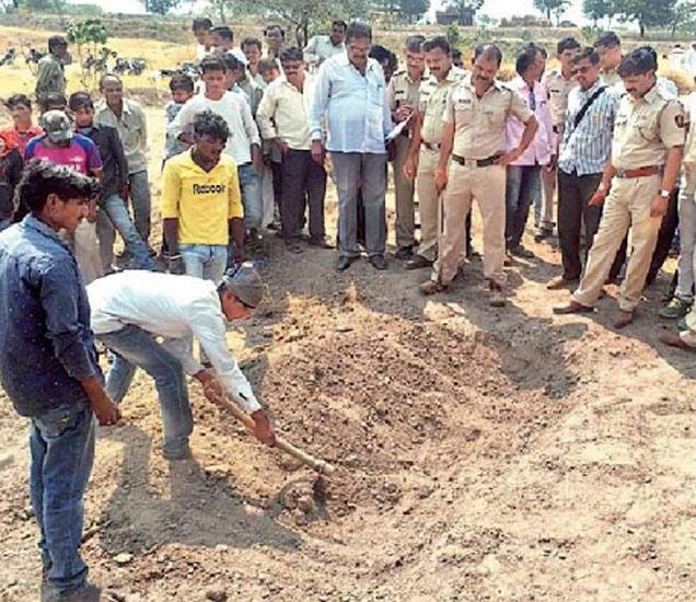 घराशेजारी पुरलेला हिराबाई जाधव हिचा मृतदेह पोलिस बंदोबस्तात बाहेर काढण्यात आला. यावेळी मोठा जमाव जमला होता. - Divya Marathi