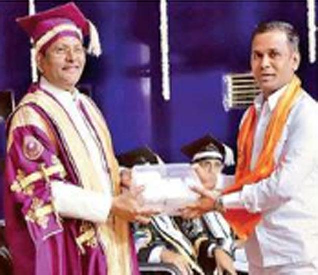 दीक्षांत समारंभात सर्वाधिक सुवर्ण पदके पटकावणारे सचिन अरुण जोशी यांचा पदके देऊन सत्कार करताना विद्यापीठीचे कुलगुरु डॉ. चांदेकर. - Divya Marathi
