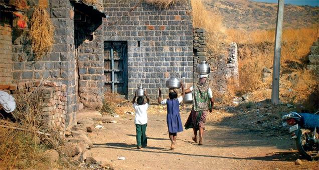 ऊसतोडीसाठी लोक गेेल्याने ओस पडलेली गावे आणि मागे राहिलेले घरातले वृद्ध, शाळेतली मुलं असं चित्र शिरूर कासारमधल्या गावागावांत दिसते. - Divya Marathi