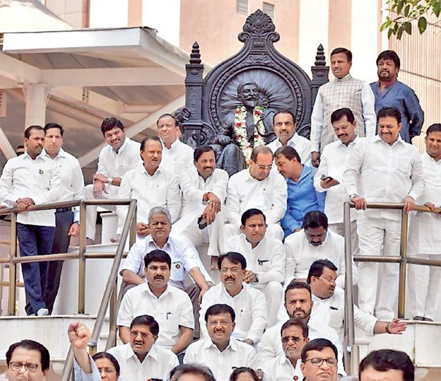 विधिमंडळ परिसरातील शिवाजी महाराजांच्या पुतळ्याजवळ विराेधकांनी अांदाेलन केले. - Divya Marathi