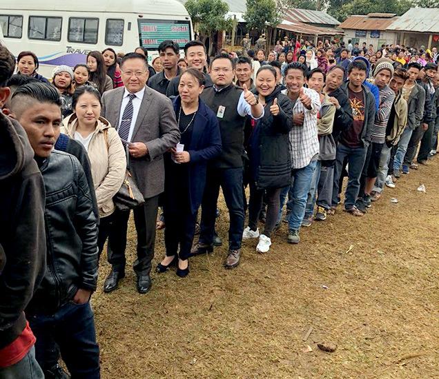 परेन जिल्ह्याच्या जलुकीमघ्ये मतदानासाठी सकाळपासूनच लोकांची रांग लागलेली होती. - फाइल - Divya Marathi