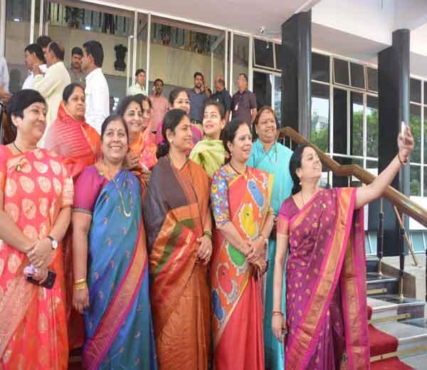भाजपच्या आमदार मेधा कुलकर्णी महिला आमदारांसोबत सेल्फी घेताना.... - Divya Marathi