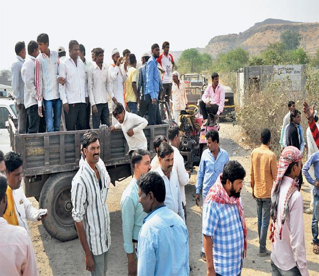 खदानींची पाहणी करण्यासाठी पथक येत असल्याचे कळताच नागरिकांनी ट्रॅक्टर आडवे लावून रस्ता रोखला. छाया : मनोज पराती - Divya Marathi