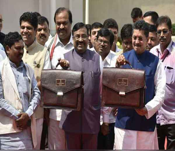 अर्थसंकल्प सादर करण्यासाठी अर्थमंत्री सुधीर मुनगंटीवार आणि अर्थ राज्यमंत्री दीपक केसरकर यांनी अशी पोज दिली. - Divya Marathi