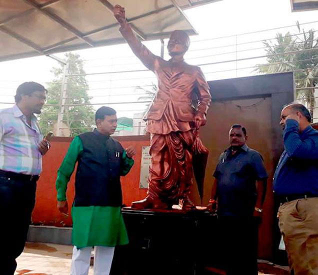 औरंगाबादमधील स्वातंत्र्यवीर सावरकर पुतळ्याचा दुग्धाभिषेक करण्यात आला. - Divya Marathi