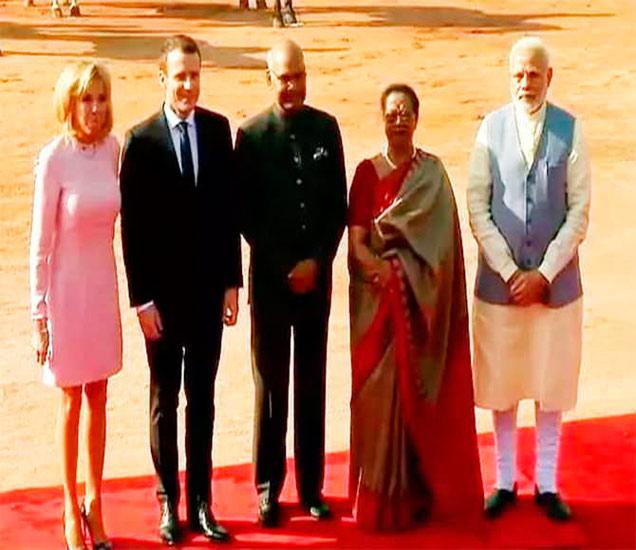 फ्रान्सचे राष्ट्रपती मॅक्रॉन त्यांची पत्नी ब्रिगिट यांच्या राष्ट्रपती भवनात स्वागत करण्यात आले. - Divya Marathi