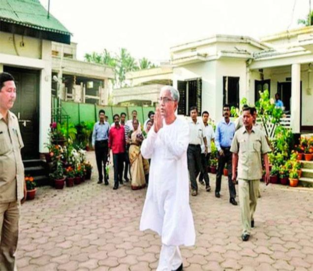 त्रिपुराचे माजी मुख्यमंत्री माणिक सरकार यांच्यावर संघाचे नेते देवधर यांनी आरोप केला आहे. - Divya Marathi