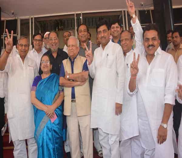 कुमार केतकर यांनी काँग्रेसमधील दिग्गजांच्या उपस्थितीत राज्यसभेचा अर्ज दाखल केला. - Divya Marathi