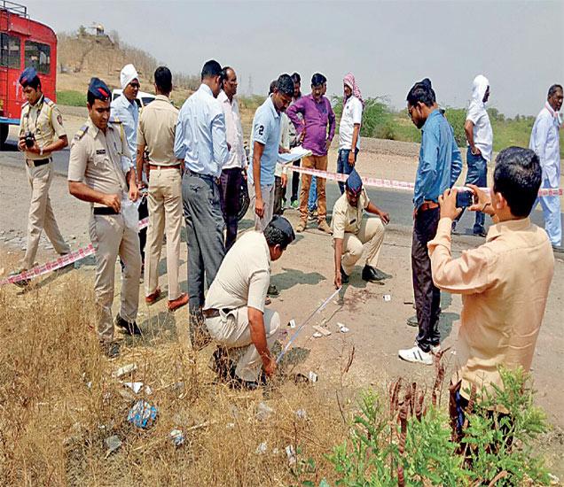 घटनास्थळाचा पंचनामा करताना पाचोड पोलिस ठाण्यातील कर्मचारी व अधिकारी. - Divya Marathi
