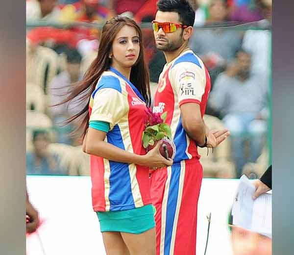 2013 मधील IPL-6 मध्ये पुणे वॉरियर्सविरूद्ध एका मॅचच्या आधी तमिळ अॅक्ट्रेस संजनाला न्याहाळताना विराट कोहली... - Divya Marathi