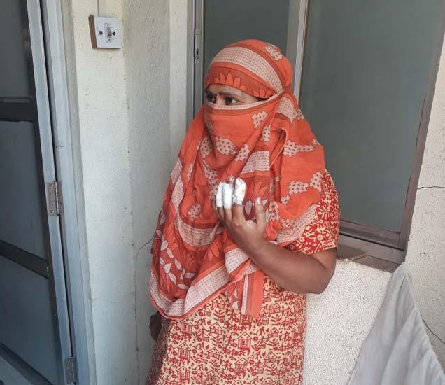 महिलेने पहिल्या मजल्यावरुन उडी मारल्याने तिच्या पायाला आणि हाताला गंभीर दुखापत झाली आहे. - Divya Marathi