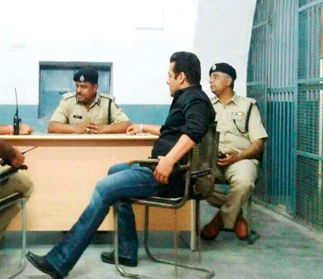 गुरुवारी जोधपूर तुरुंगातील हा फोटो बाहेर आला होता, त्यावरुन आता प्रश्न उपस्थित होत आहेत. - Divya Marathi