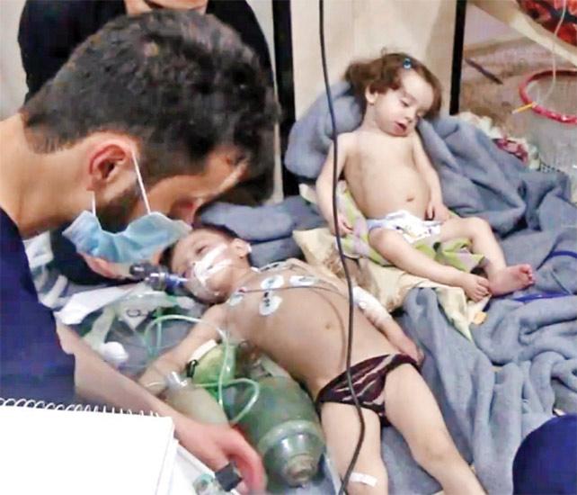 घोऊतातील रुग्णालयात दाखल मुलगा. - Divya Marathi