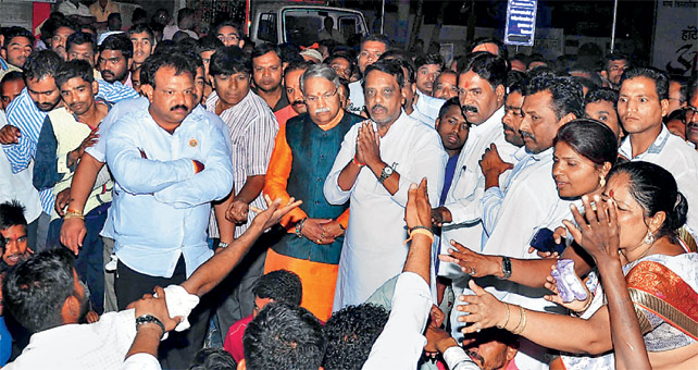अाैरंगाबादेत शवविच्छेदन करुन मृतदेह नगरमध्ये पुन्हा अाणल्यानंतरही अाराेपींच्या अटकेसाठी कार्यकर्ते अाक्रमक झाले हाेते. अखेर नेत्यांनी त्यांना शांत केल्यानंतरच अंत्यसंस्कार करण्यात अाले. - Divya Marathi