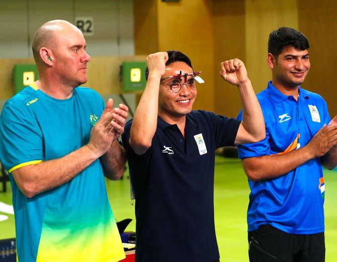 शूटिंगमध्ये जीतू रायने सुवर्ण, ओम मिथारवलने कांस्य पदक पटकवले. - Divya Marathi