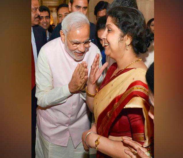 पंतप्रधान नरेंद्र मोदींसोबत या महिला आहेत दीपिका मॉन्डल. - Divya Marathi