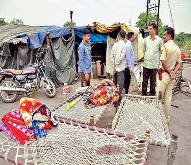 तिऱ्हे येथील सिद्धनाथ साखर कारखान्याजवळ असलेल्या याच झोपडीत तिघांचा खून करण्यात आला. - Divya Marathi