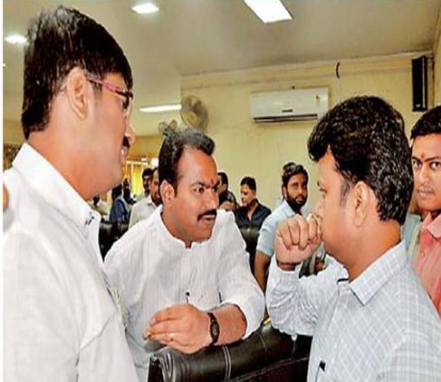 उपमहापौर विजय औताडे, नगरसेवक राजगौरव वानखेडे यांनी पाणीप्रश्नाबाबत प्रभारी आयुक्तांना जाब विचारला. - Divya Marathi