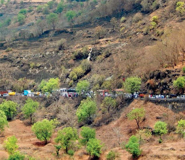 अपघातानंतर तब्बल चार तास घाट जाम झाल्याने वाहनांच्या दूरवर रांगा लागल्या हाेत्या. छाया : वैभव किरगत - Divya Marathi