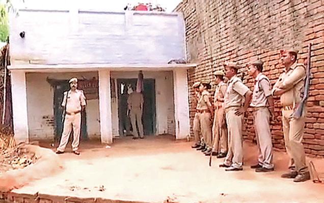 एडीजी राजीव कृष्ण बुधवारी पीडितेच्या माखी गावात पोहोचले. ते म्हणाले की, आम्ही येथे चौकशीसाठी आलो आहोत. संध्याकाळपर्यंत सरकारला अंतिम अहवाल सोपवू. - Divya Marathi