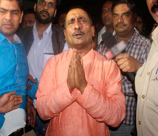 सेंगर काही समर्थकांसह रात्री एसएसपी ऑफिसमध्ये पोहोचले होते. त्यांनी सरेंडर केले नाही. - Divya Marathi