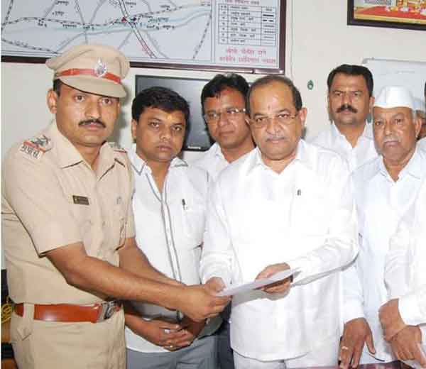 विरोधी पक्षनेते राधाकृष्ण विखे पाटील यांनी लोणी पोलीस ठाण्यात संबंधित व्यक्तींवर देशद्रोहाचा गुन्हा दाखल करण्याबाबत तक्रार केली आहे. - Divya Marathi