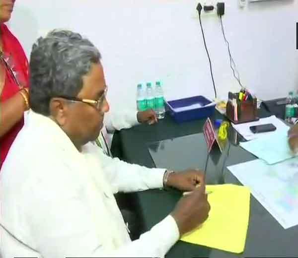 कर्नाटकचे मुख्यमंत्री सिद्धरामय्या यांनी चामेंडीश्वरी या विधानसभा मतदारसंघातून आपला अर्ज दाखल केला. - Divya Marathi