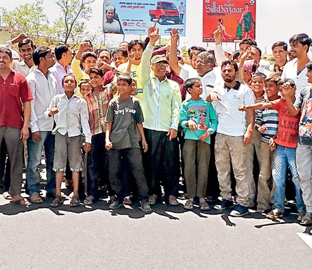 संतप्त नागरिकांनी वेरूळ नाक्यावर सकाळी सुमारे तासभर रास्ता रोको आंदोलन केले. - Divya Marathi