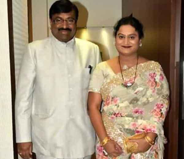 सुधीर मुनगंटीवार पत्नी सपना यांच्यासह - Divya Marathi