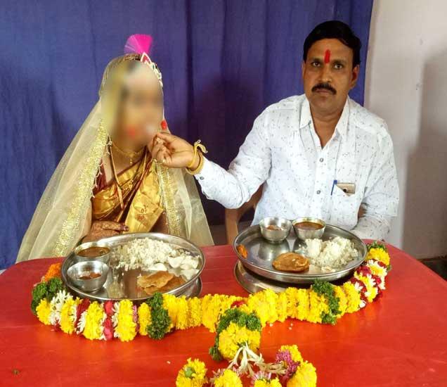 आरोपी उत्तम काळे याने आपल्या मुलीच्या वयाच्या तरुणीसोबत लग्न केल्याने लोकांमधून संताप व्यकत् केला जात आहे. - Divya Marathi