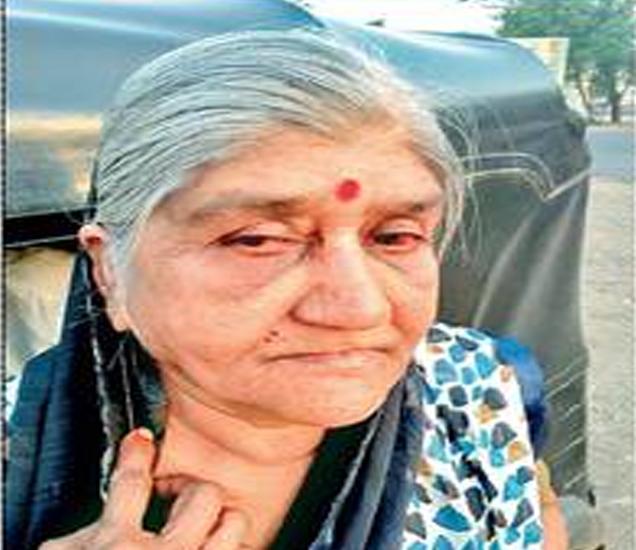 भामट्याने दागिने अाेरबाडल्याने कान व गळ्याला झालेली जखम दाखविताना लीलावती साेनवणे. - Divya Marathi
