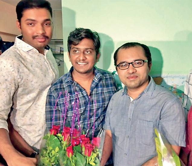 पुण्यात सत्कार स्वीकारताना (उजवीकडे) डाॅ. गिरीश बदाेले. - Divya Marathi